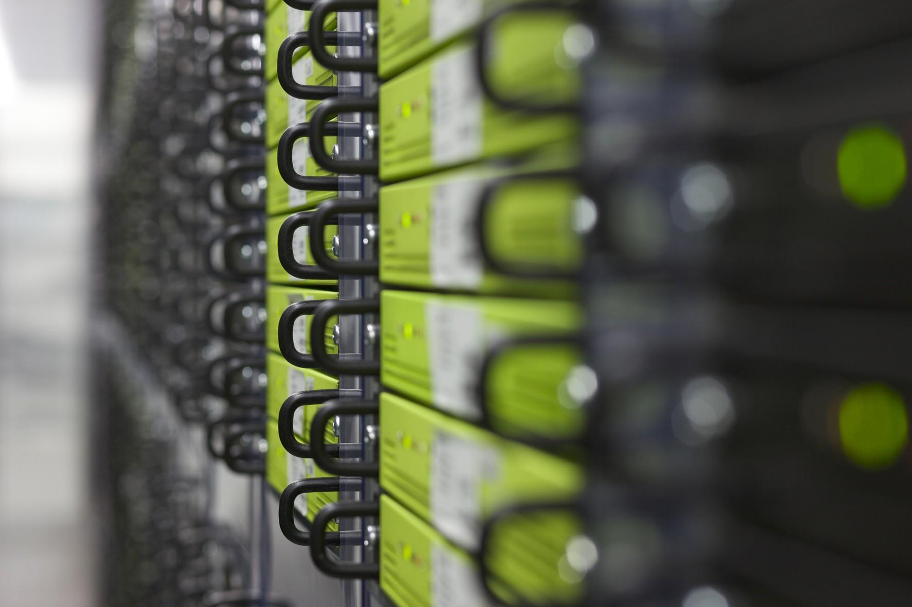 Server in einem Kaltgang des STRATO Rechenzentrums in Berlin